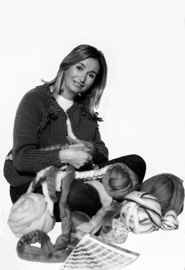 Laura-tejiendo-con-nuestra-lana-merina-trashumante-espagnola-Las-Hidalgas_
